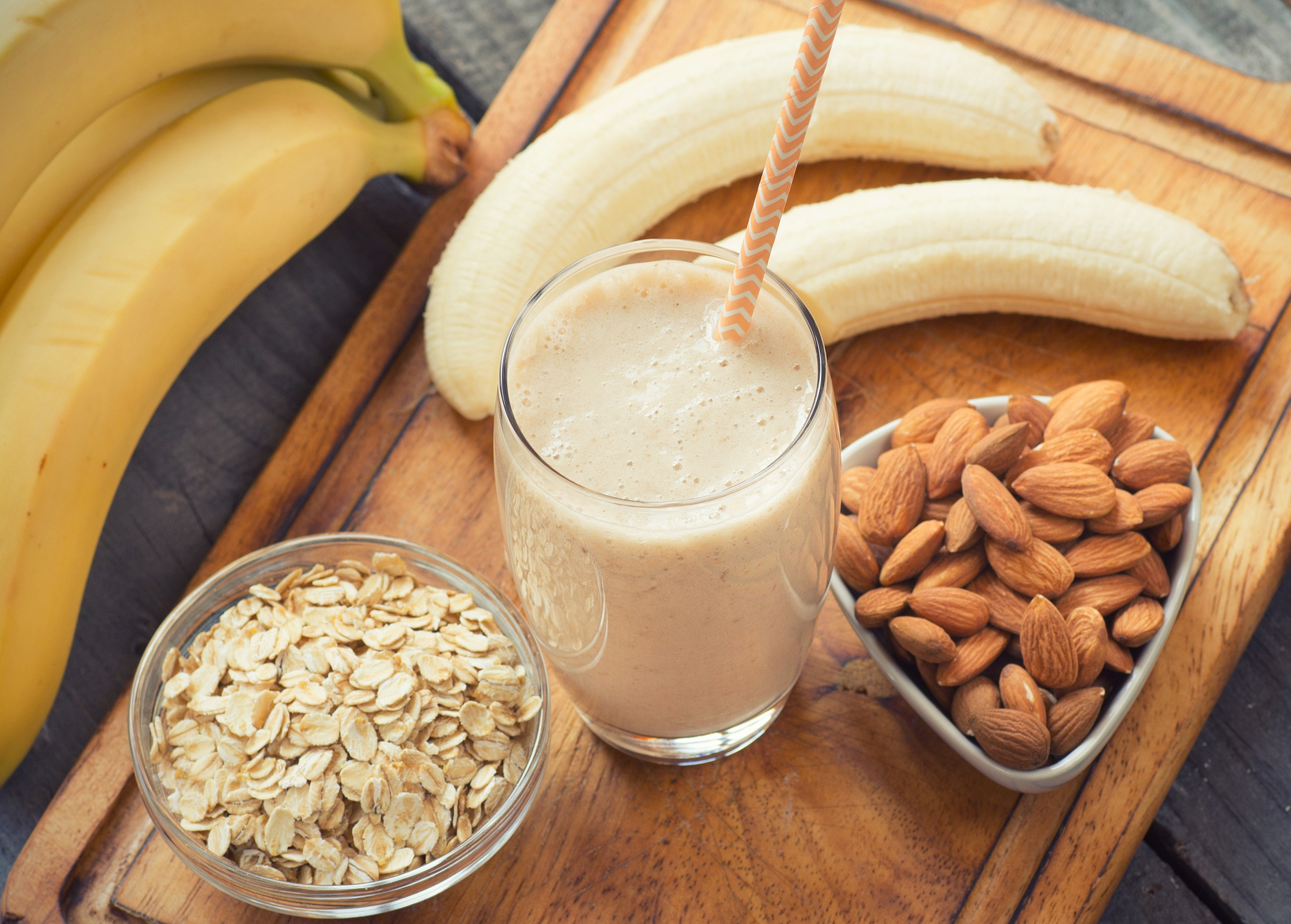 fresh banans with oatmeal and almonds for smoothie