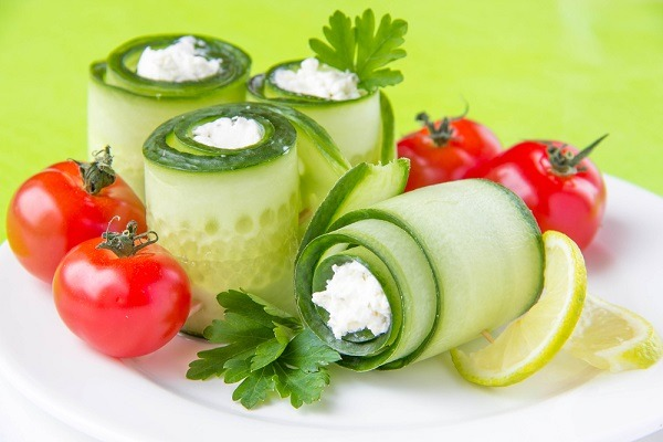 Cucumber rolls with cheese